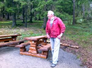 """Arild Bjerke (tlf. 938 06 574) som har produsert """"Vild Villmark""""-møblene."""