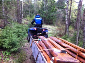 Thomas underveis med lånt ATV og bilhenger på slep.